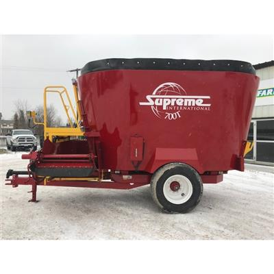 Photo 1. SUPREME 700T mixing wagon
