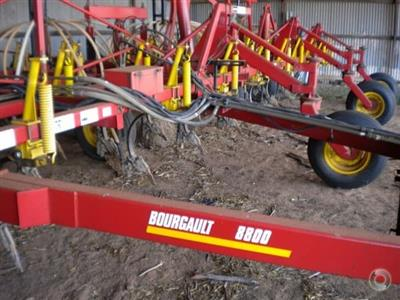 Photo 1. Bourgault 8800 seed bar