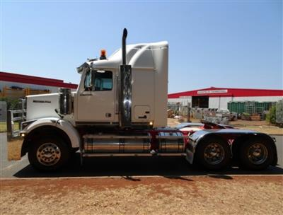 Photo 2. Western Star 4864FX 4800FX prime mover
